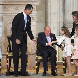 El Rey Juan Carlos cae en su asiento tras abrazar a la Infanta Leonor en la firma de la Ley de Abdicación