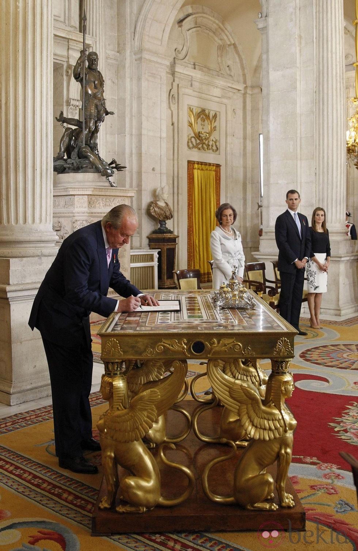 El Rey Juan Carlos I firma la Ley de Abdicación