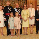 La familia real junto a la infanta Elena y su hijo tras el acto de la imposición de la Faja de Capitán General