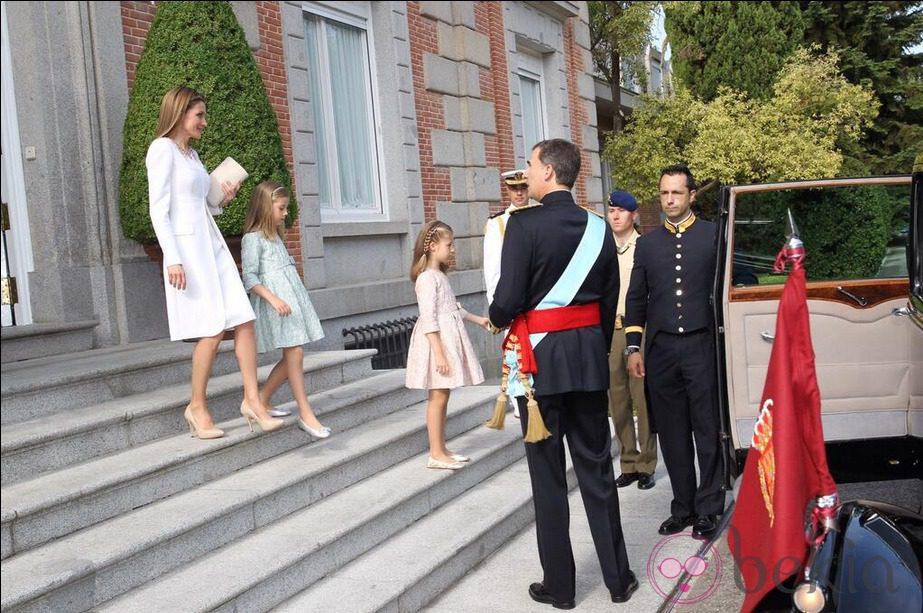 El Rey Felipe VI, la Reina Letizia y las infantas Leonor y Sofía abandonan el Palacio de la Zaruela