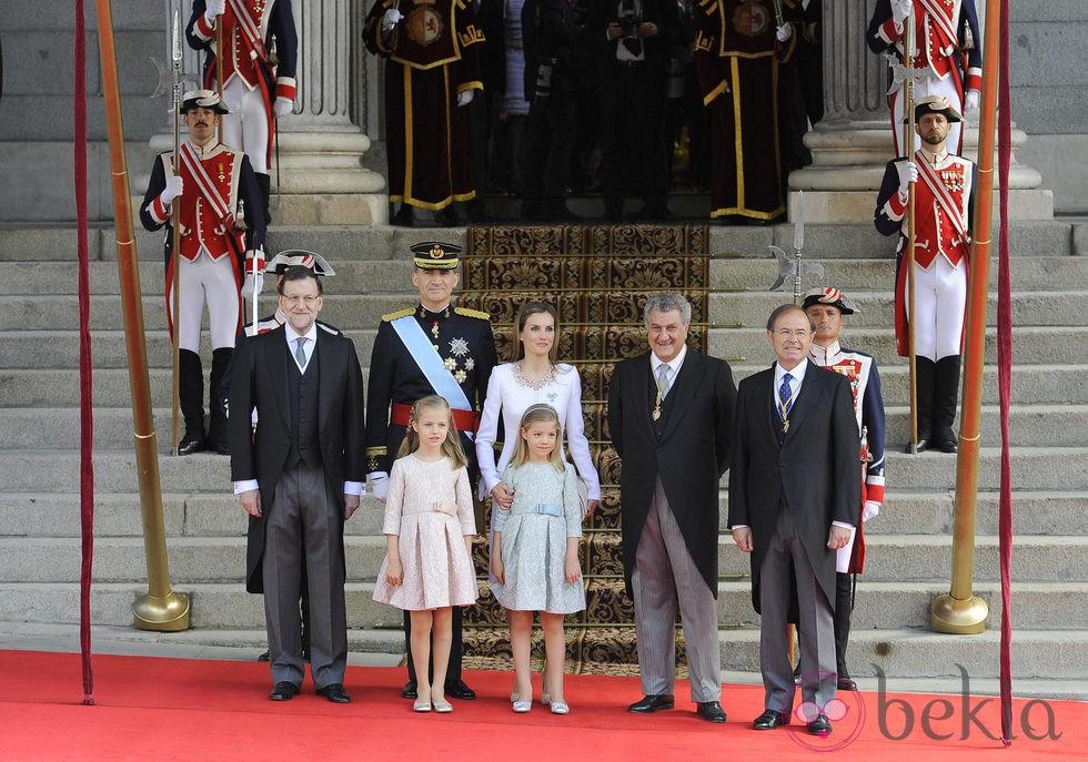 Los Reyes de España, el Presidente de Gobierno y los Presidentes del Congreso y Senado en la entrada del Congreso de los Diputados