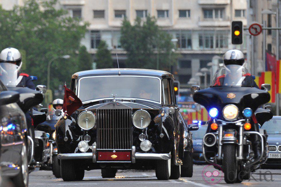 Paseo de los Reyes Felipe VI Y Letizia en el Rolls-Royce de Patrimonio Nacional