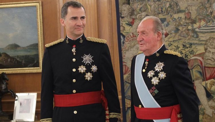 El Rey Felipe VI y el Rey Juan Carlos I tras la imposición de la Faja de Capitán General
