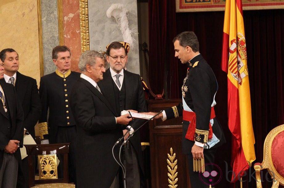 El Rey Felipe VI como Rey de España ante el presidente del Congreso y el presidente del Gobierno