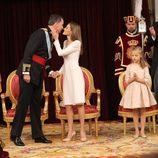 La Reina Letizia besa al Rey Felipe VI tras su primer discurso como Rey de España