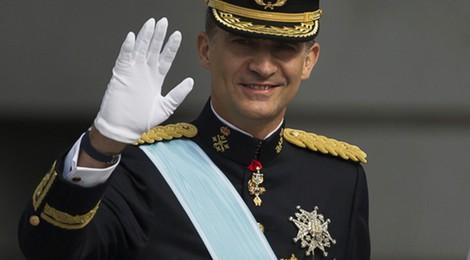 El Rey Felipe VI saluda tras su primer discurso como Rey de España