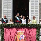 Saludo de la Familia Real al completo a la Plaza de Oriente de Madrid