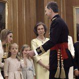 El Rey Felipe saluda a la Reina Letizia, a sus hijas, a la Reina Sofia, a la Infanta Elena y a Felipe de Marichalar tras la impisición del Fajín