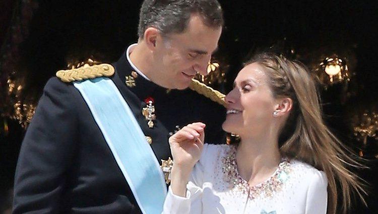 El Rey Felipe VI y la Reina Letizia en el balcón central del Palacio Real