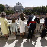 La Familia Real saluda a los ciudadanos desde el balcón central del Palacio Real