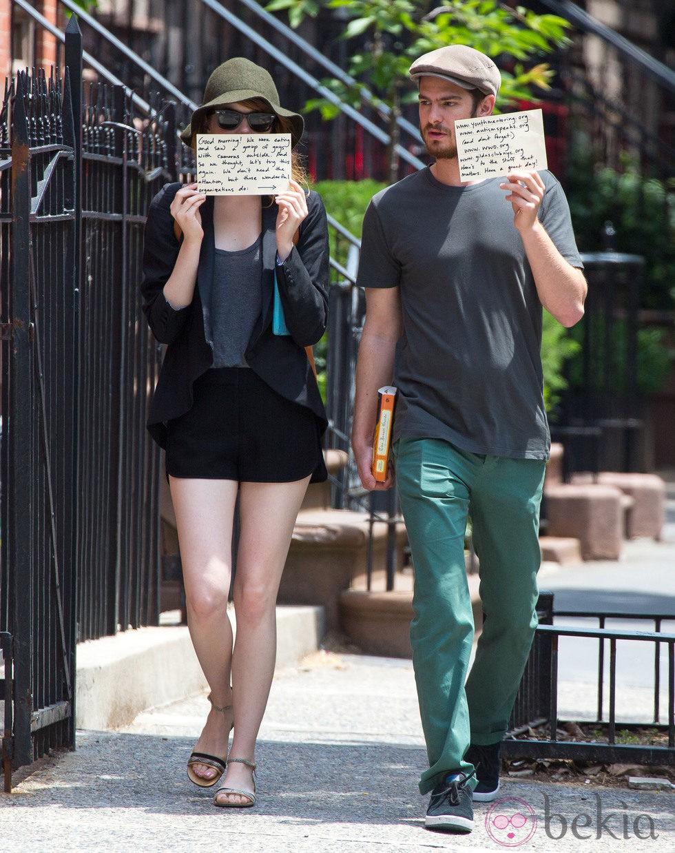 Emma Stone y Andrew Garfield solidarios ante los paparazzis en Nueva York