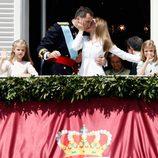 Los Reyes se dan un beso junto a la Princesa Leonor y la Infanta Sofía en la proclamación de Felipe VI