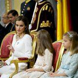 La Reina Letizia hace un gesto a la Princesa Leonor y a la Infanta Sofía para que se porten bien en la proclamación de Felipe VI