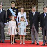 Los Reyes, la Princesa Leonor y la Infanta Sofía con el presidente del Gobierno, el del Congreso y el del Senado en la proclamación de Felipe VI