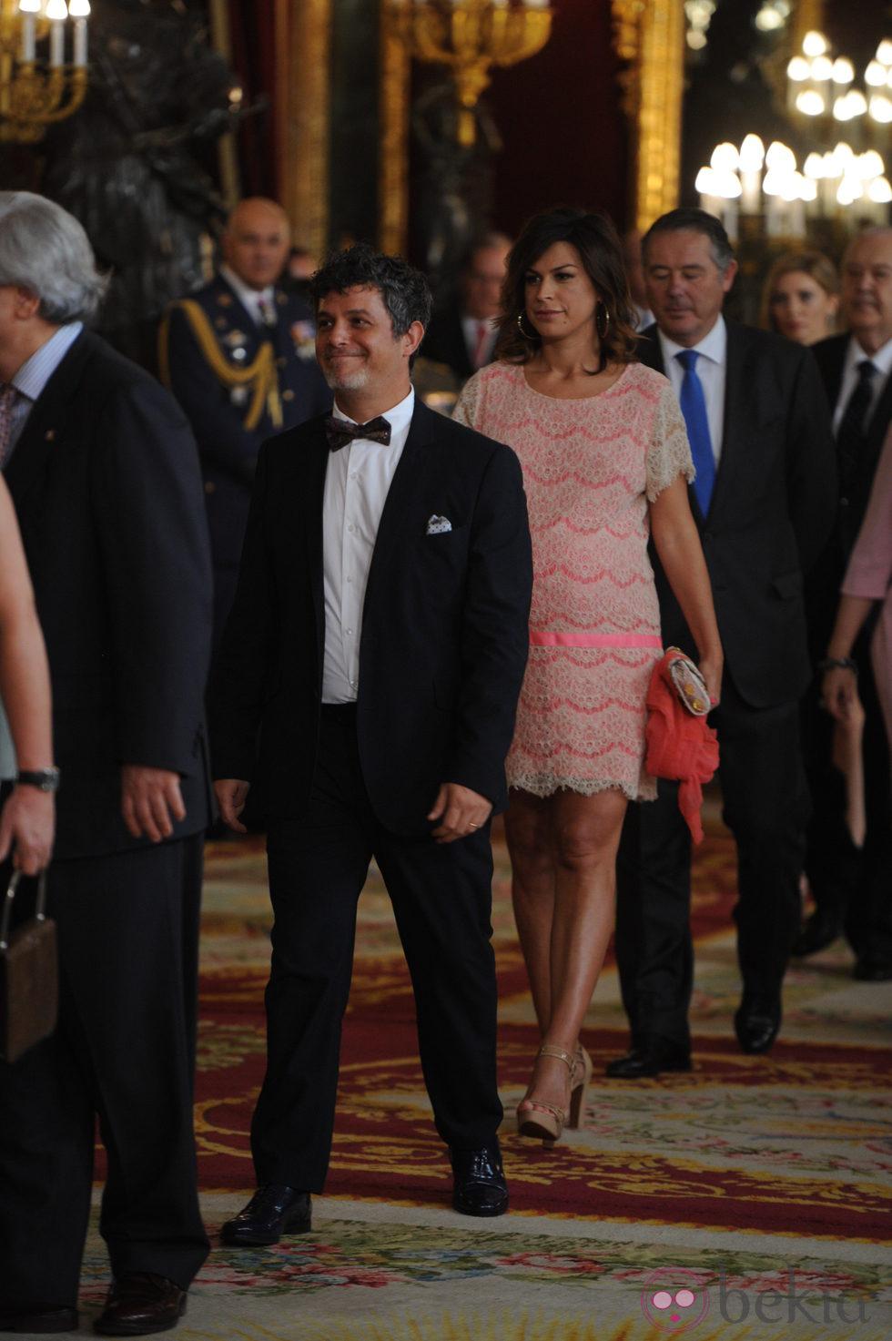 Alejandro Sanz y Raquel Perera en la primera recepción de los Reyes Felipe y Letizia
