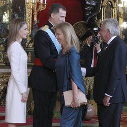 Felipe González y Mar García Vaquero con los Reyes Felipe y Letizia en su primera recepción como Reyes