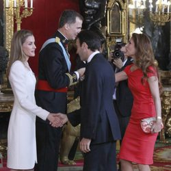 Enrique Ponce y Paloma Cuevas con los Reyes Felipe y Letizia en su primera recepción como Reyes