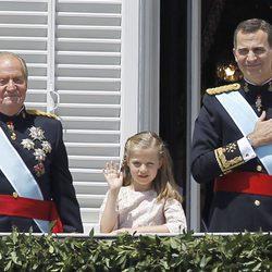 El Rey Juan Carlos, la Princesa Leonor y el Rey Felipe VI saludan desde el Palacio Real en la proclamación de Felipe VI