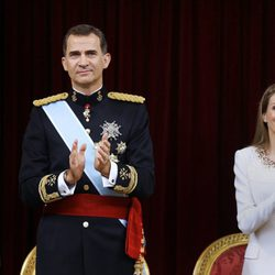 Los Reyes Felipe y Letizia aplauden en la ceremonia de proclamación del Rey Felipe VI