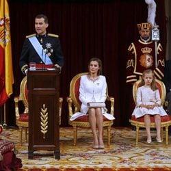 El Rey Felipe VI ofrece su primer discurso tras ser proclamado junto a la Reina Letizia y sus hijas