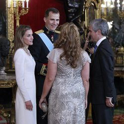Adolfo Suárez Illana e Isabel Flores con los Reyes Felipe y Letizia en su primera recepción como Reyes