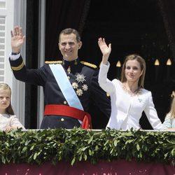 Los Reyes Felipe y Letizia, la Princesa Leonor y la Infanta Sofía saludan desde el Palacio Real tras la proclamación