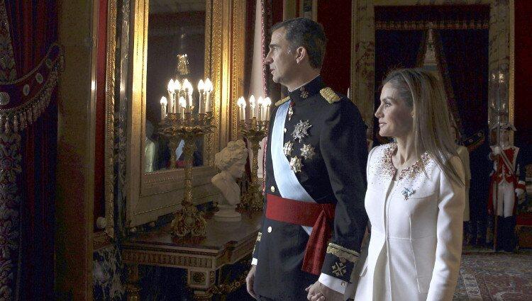 El Rey Felipe VI y la Reina Letizia momentos antes de saludar desde el Palacio Real