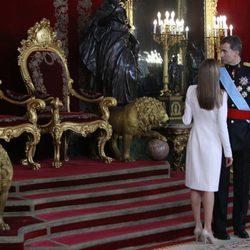 El Rey Felipe VI y la Reina Letizia observan los tronos antes de la recepción oficial en el Palacio Real
