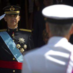El Rey Felipe VI pasa revista en el desfile militar antes de la proclamación