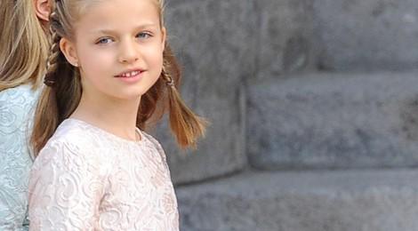 La Princesa Leonor posa en la Puerta de los Leones del Congreso de los Diputados