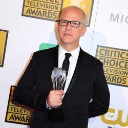 Ryan Murphy con su galardón en los Critics' Choice Television Awards 2014