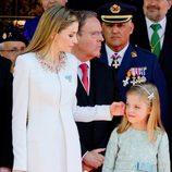 La Reina Letizia acaricia a la Infanta Sofía durante el desfile militar