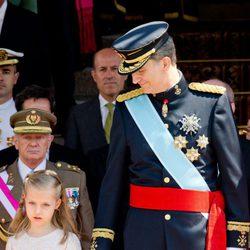 El Rey Felipe VI junto a la Princesa Leonor durante el desfile militar