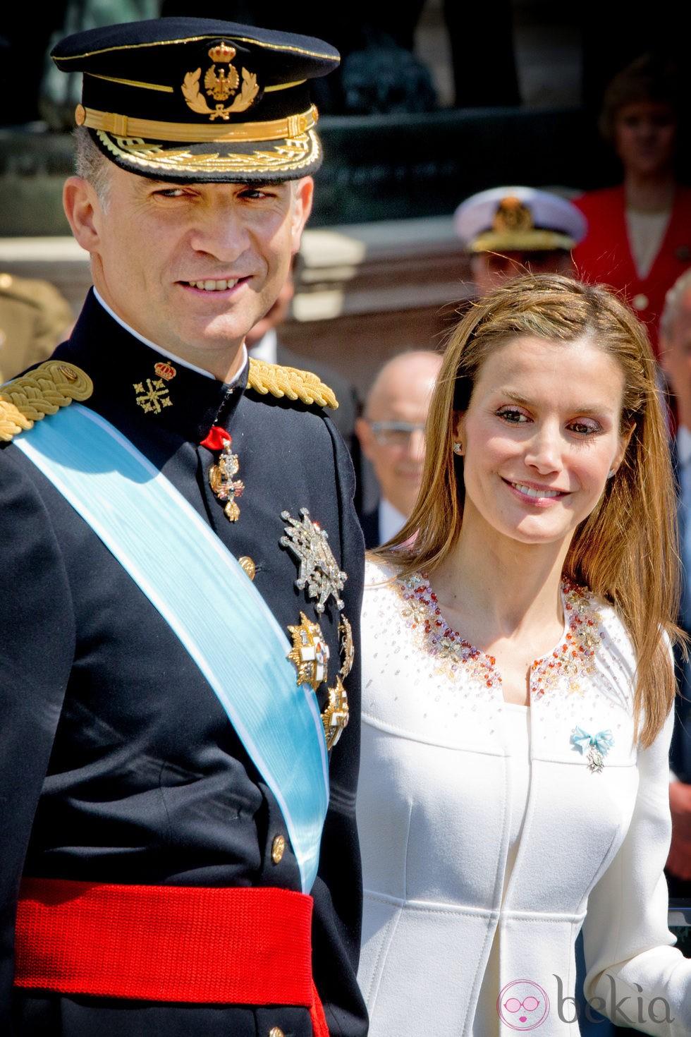 El Rey Felipe VI y la Reina Letizia durante el desfile militar en la Carrera de San Jerónimo