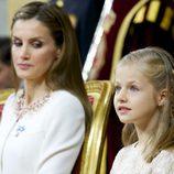La Reina Letizia observa a la Princesa Leonor en la proclamación