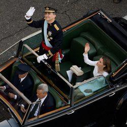 El Rey Felipe VI y la Reina Letizia saludan durante el paseo oficial por el centro de Madrid