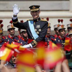 El Rey Felipe VI saluda en su llegada al Palacio Real