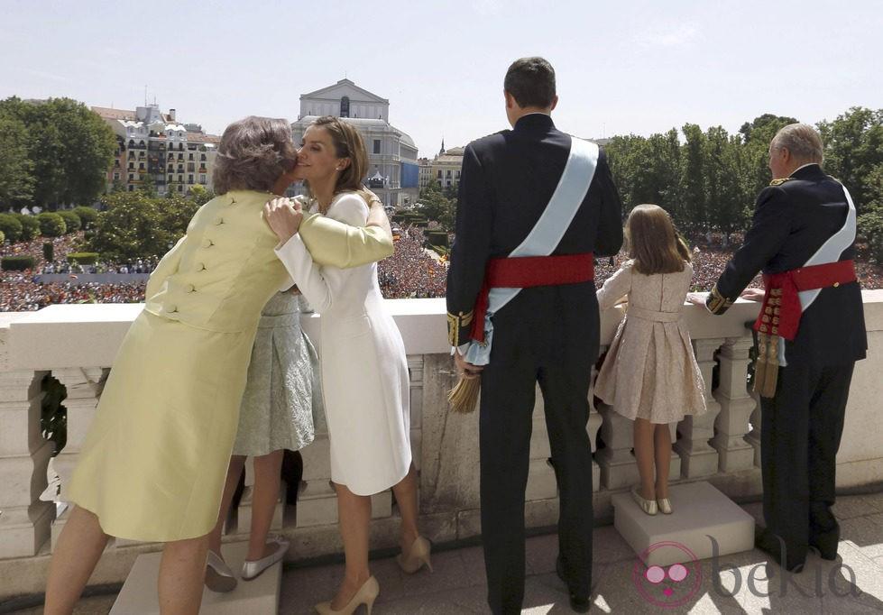 La Reina Sofia besa a la Reina Letizia en el balcón central del Palacio Real