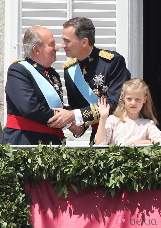 El Rey Felipe VI besa al Rey Juan Carlos I