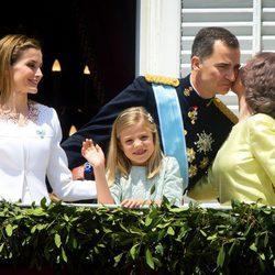 La Reina Sofia besa al Rey Felipe VI en el balcón del Palacio Real