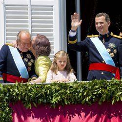 La Reina Sofia besa al Rey Juan Carlos I en el balcón central del Palacio Real