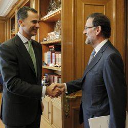 El Rey Felipe saluda a Mariano Rajoy en su primer despacho