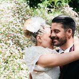María Lapiedra abraza a Marc Amigó en su boda
