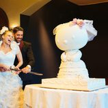 María Lapiedra y Marc Amigó cortando su tarta de bodas