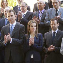 El Rey Felipe VI y la Reina Letizia aplauden en su primer acto tras la proclamación