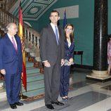 El Rey Felipe VI y la Reina Letizia posan para los medios en su primer acto tras la proclamación