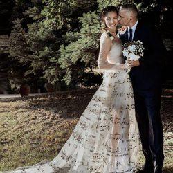 Eros Ramazzotti da un beso a Marica Pellegrinelli el día de su boda en el Piamonte italiano