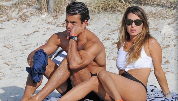 Elena Tablada y Daniel Arigita tomando el sol en una playa de Formentera