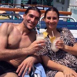 José Manuel Pinto y Elena Gross en la cubierta de un crucero brindando