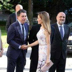 La Reina Letizia saludando a Ignacio González a las puertas del Museo del Prado